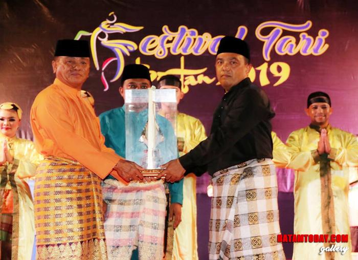 Wakil Bintan Saat menerima Piala Bergilir dalam Tari Festival Tari Bintan 2019