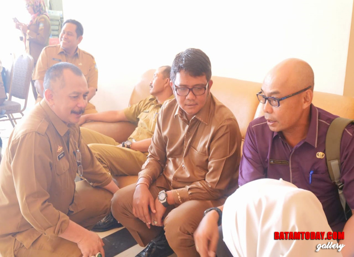 Bupati Bintan Apri Sujadi berdiskusi usai Rapat usulan masyarakat bersama Kepala OPD
