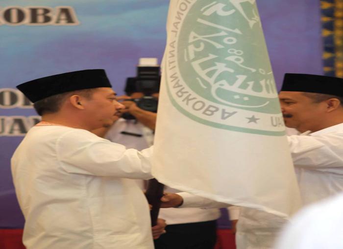 Penyerahan bendera Ganas Anar dari Waketum kepada Ketua Ganas Anar  MUI Kepri