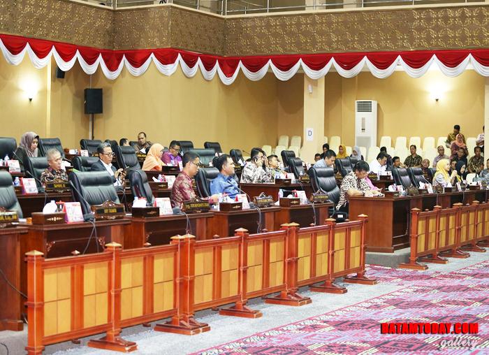 Anggota DPRD hadir dalam Rapat Paripurna Penandatanganan MoU Kebijakan Umum Anggaran (KUA) Plafon Penguna Anggaran Sementara (PPAS) RAPBD 2019