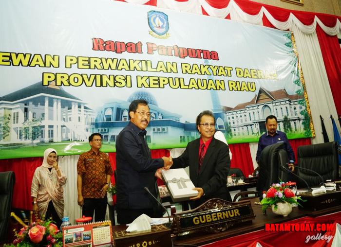 Gubernur menyerahkan nota keuangan atas Rancangan Peraturan Daerah (Raperda) APBD Kepri 2019 kepada Ketua DPRD Jumaga Nadeak