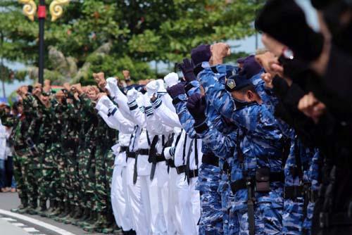 Selebrasi gabungan TNI yang menjadi peserta setelah Upacara Detik Proklamasi HUT RI ke-72 di Gedung Daerah selesai dilaksanakan.