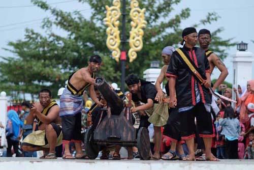 Atraksi drama kolosal yang dipertunjukkan gabungan TNI, Polisi, dan pelajar Tanjungpinang usai gelaran upacara.