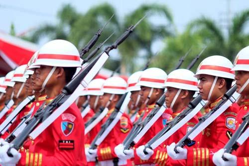 Pasukan 45 Paskibra bersiap mengibarkan Bendera Merah Putih.