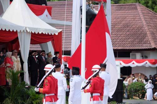 Pengibaran Bendera Merah Putih di Gedung Daerah Tanjungpinang.