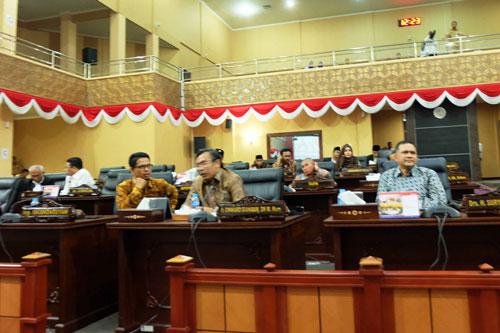 Sejumlah anggota DPRD Kepri yang hadir pada paripurna laporan akhir Pansus tentang LHP BPK RI.