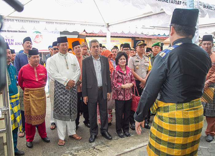 Bupati Anambas, Abdul Haris beserta rombongan disambut oleh panitia Sekretariat DPRD Anambas