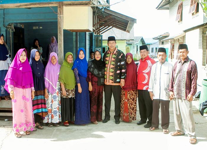 Bupati dan Wakil Bupati foto besama dengan  warga desa Air Nangak