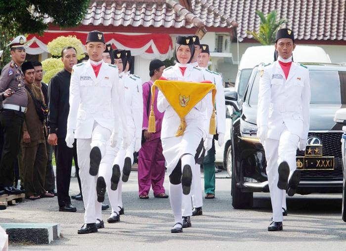 Paskibra bertugas mengibarkan Bendera Merah Putih pada upacara peringatan HUT Kepri ke-16