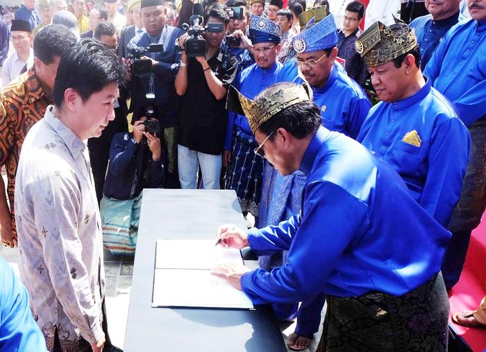 Menandatangani MoU bersama investor usai upacara memperingati HUT Kepri ke-16