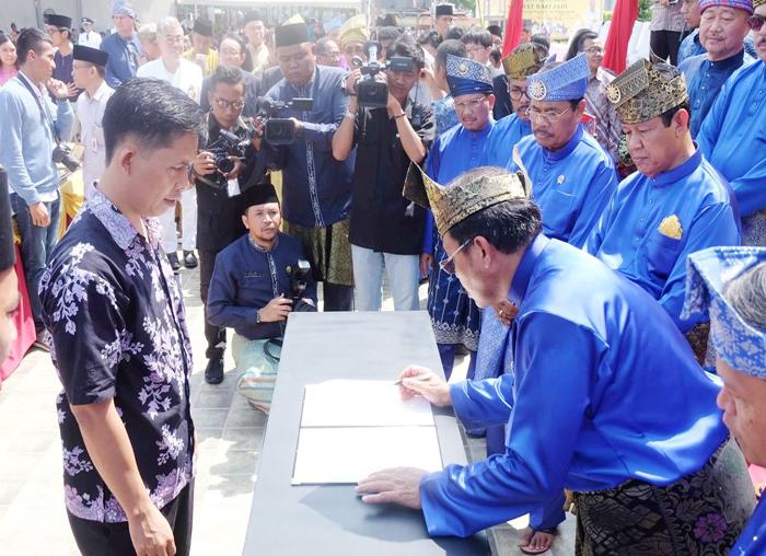Menandatangani MoU bersama investor usai upacara memperingati HUT Kepri ke-16 (2)