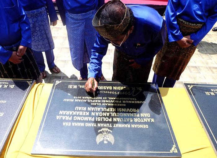 Gubernur Kepri Nurdin Basirun menandatangani salah satu prasasti tanda dimulainya pembangunan proyek strategis di Provinsi Kepri
