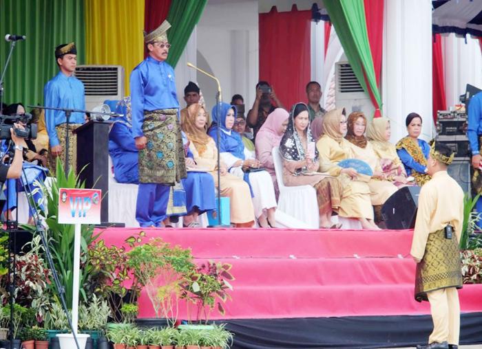 Wakil Bupati Lingga selaku Pemimpin upacara memberikan melaporkan upacara HUT Kepri ke-16 siap dilaksanakan