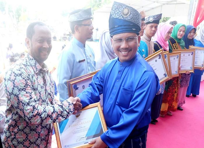 Sekretaris Daerah Provinsi Kepulauan Riau memberikan penghargaan kepada media Batamtoday