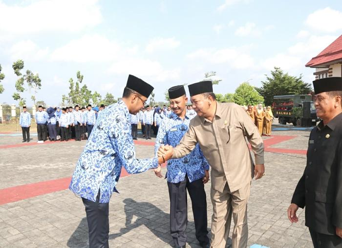 Ketua Dewan Bintan Nesar Ahmmad menyalami pemimpin upacara Hari Kesaktian Pencasila