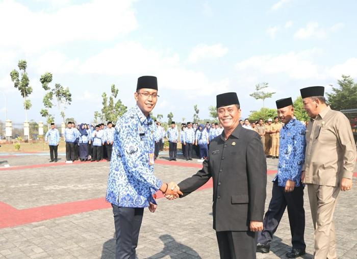 Wakil Bupati Bintan Dalmasri Syam menyalami pemimpin upacara Hari Kesaktian Pencasila