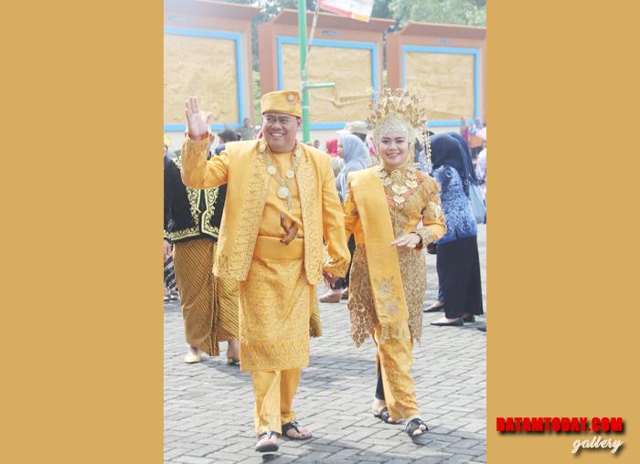 Kepala PMD Bintan Rony Kartika bersama istri dalam peringatan Sumpah Pemuda 28 Oktober
