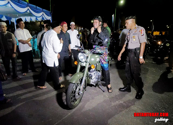 Bupati Bintan ikut takbir keliling dengan mengendarai motor