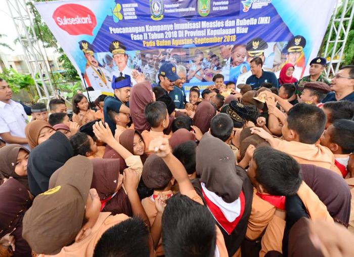 Paksinasi MR Di Batam, Nurdin Basirun berbaur dengan sejumlah anak-anak di Batam