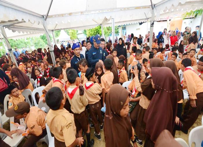 Pencanangan Imunisasi MR Nurdin Basirun berbaur dengan anak-anak di Batam