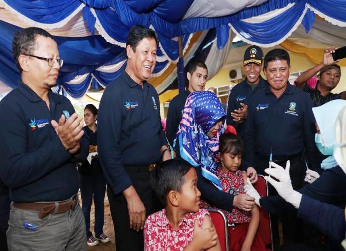 Isidanto saat menyaksinkan pelaksanaan imunisasi MR pada sejumlah siswa SD di Kabupaten Bintan