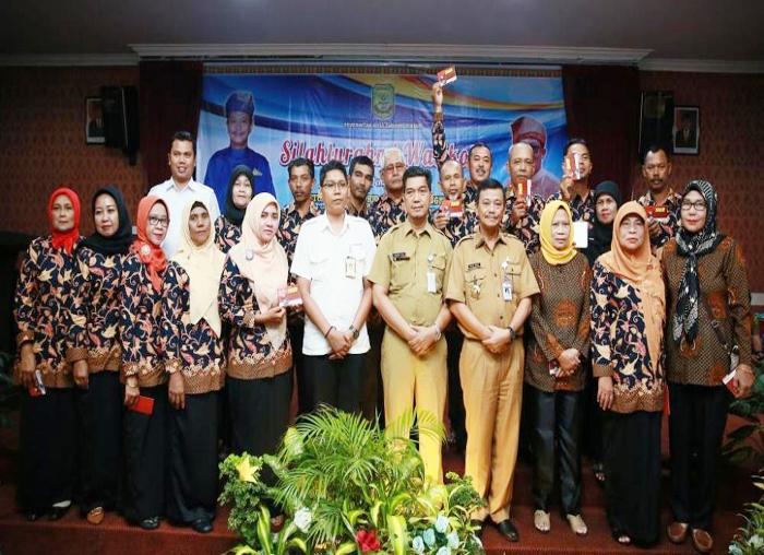 Perwakilan RT dan RW yang telah menerima buku tabungan berfoto bersama Wali Kota Tanjungpinang, pihak Bank Riau dan kepala OPD