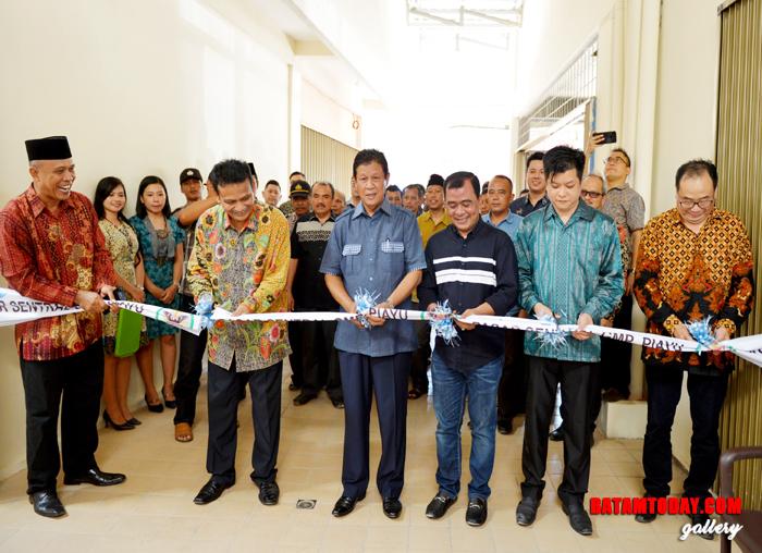 Wakil Gubernur Kepri, H. Isdianto saat menggunting pita dan meresmikan Pasar Sentral GMP Piayu Batam