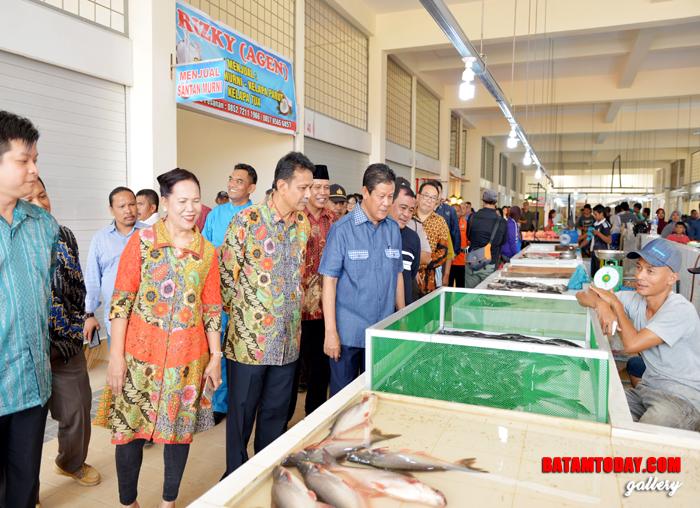 Wakil Gubernur Kepri, H. Isdianto saat sedang melihat bahan dagangan di Pasar Sentral GMP Piayu Batam