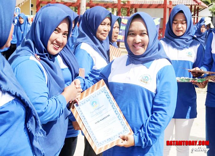 Anggota DPRD Kepri saat memberikan penghargaan dalam acara Jambore Kader Posyandu Untuk Bintan Sehat