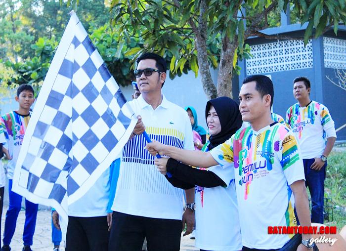 "Bupati Bintan Apri Sujadi saat melepas peserta jalan santai di acara ""Pemilu Run"" Bintan"