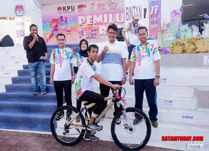 """Bupati Bintan Foto bersama peserta beruntung dalam """"Pemilu Run"""""""