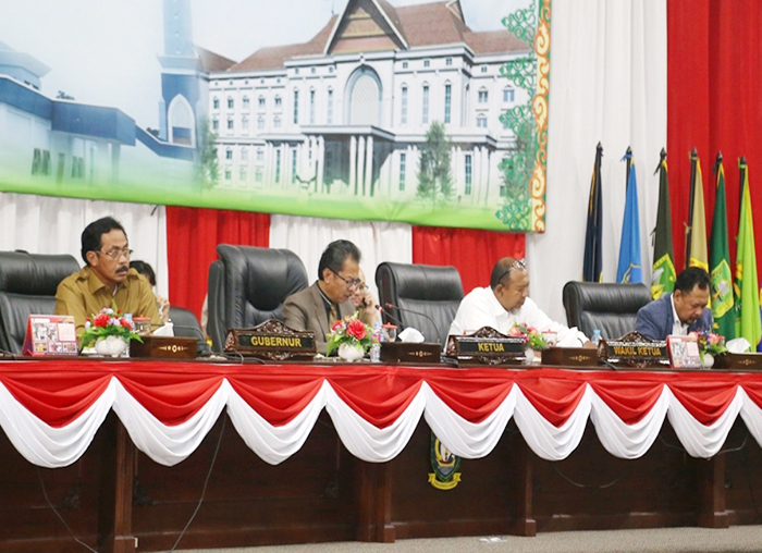 Ketua DPRD Kepri Jumaga Nadeak membacakan persetujuan bersama KUA-PPAS APBD Perubahan 2018