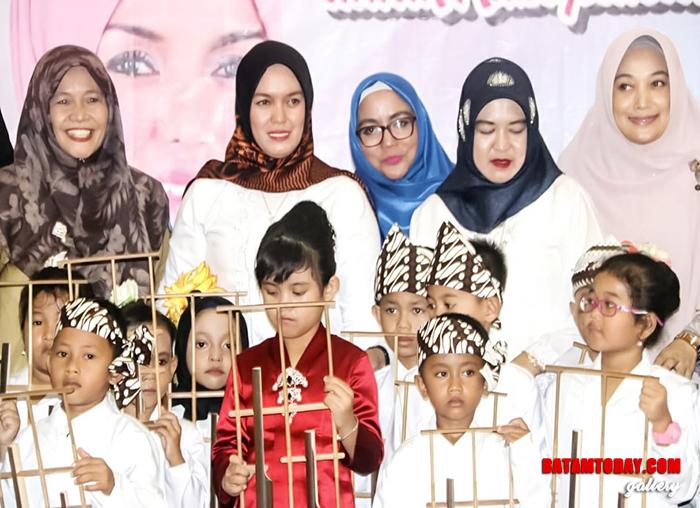 Bunda Paud Bintan Deby Apri Sujadi saat foto bersama Kartini Cilik Bintan