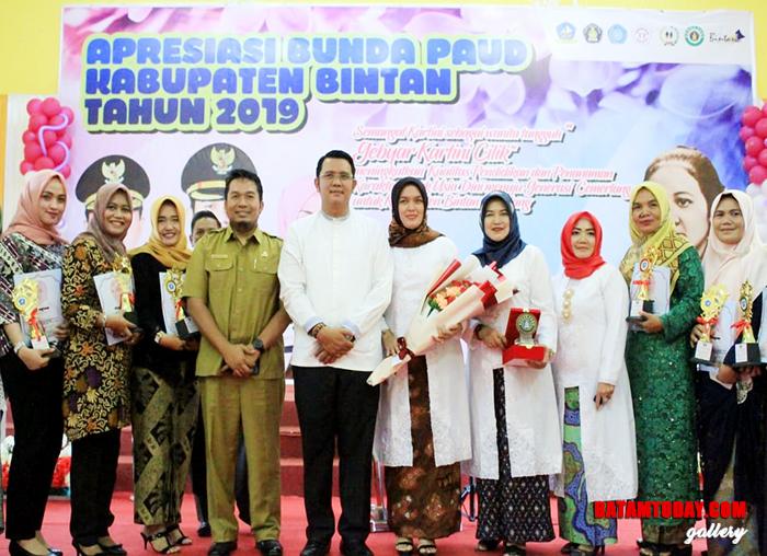 Bupati Bintan Apri Sujadi dan Bunda Paud Bintan Deby Apri Sujadi saat foto bersama Kartini Cilik Bintan