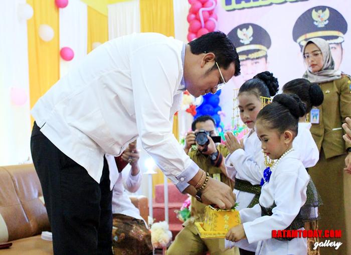 Bupati Bintan Apri Sujadi saat menerima persembahan dari Kartini Cilik