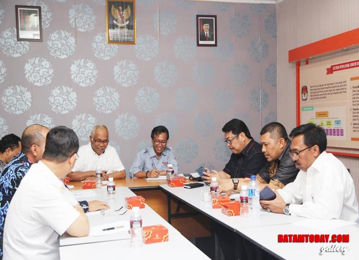SekretarisKomisi I DPRD Kepri, Sukhri Pahrial didampingi Ketua KPU Batam Syahrul Huda