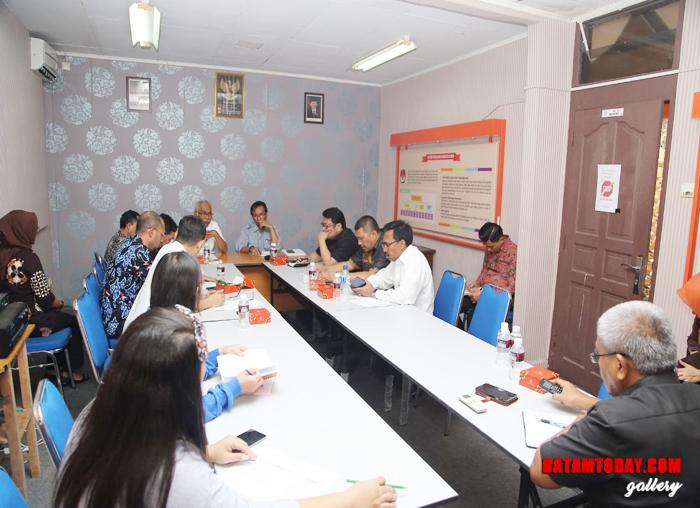 Suasana saat Komisi I DPRD Kepri mengunjungi kantor KPU Batam