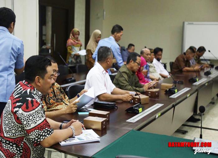 Ketua Komisi III DPRD Widiastadi Nugroho bersama sejumlah Anggota DPRD Kepri saat melakujan Rapat