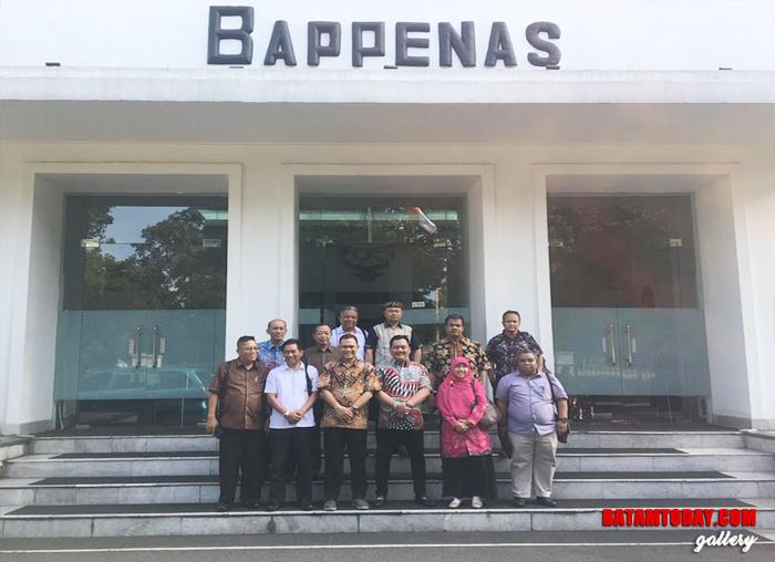 Ketua Komisi III DPRD Widiastadi Nugroho bersama sejumlah Anggota DPRD Kepri saat sedang foto bersama di depan gedung Bappenas