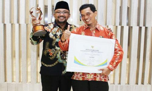 Wali Kota Tanjungpinang Lis Darmansyah bersama Kepala Badan Pemberdayaan Perempuan dan Perlindungan Anak Ahmad Yani berfoto manja usai menerima penghargaan Kota Layak Anak Pratama.