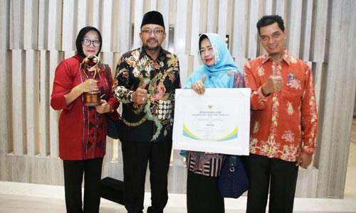 Wali Kota Tanjungpinang Lis Darmansyah foto dengan Kepala BP3AKB Ahmad Yani serta sekretaris dan Kepala bidang.
