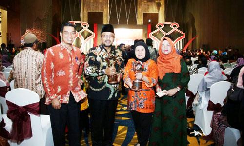 Wali kota Tanjungpinang Lis Darmansyah foto bersama dengan kontingen dari kabupaten dan kota lainnya.