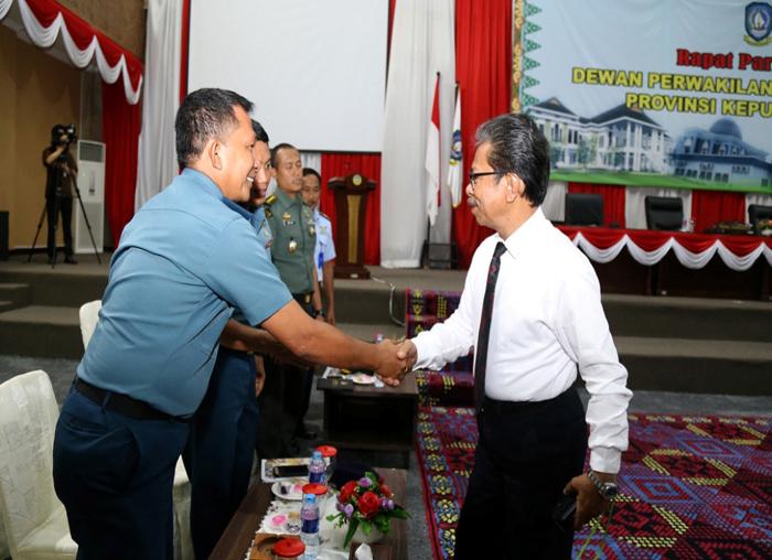 Ketua DPRD Kepri Jumaga Nadeak menyalami tamu undangan