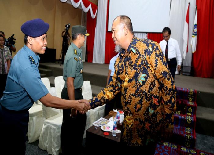 Wakil Ketua DPRD Kepri Rizki Faisal menyalami FKPD