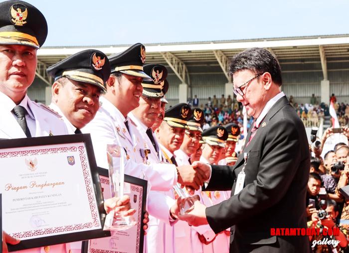 Bupati Bintan Apri Sujadi saat Menerima Piagam Penghargaan Atas Prestasi Kinerja Tertinggi