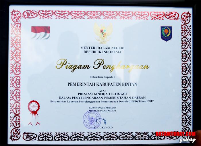 Piagam Penghargaan untuk Pemerintah Kabupaten Bintan Atas Prestasi Kinerja Tertinggi