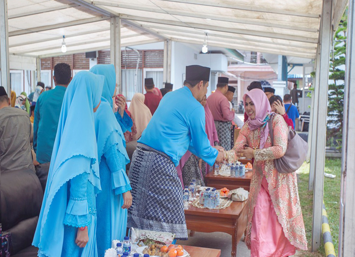 Sekda Anambas, Sahtiar  menyambut tamu yang datang saat open house dikantor bupati