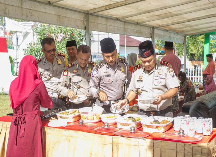 Jajaran Polres Anambas saat menikmati hidangan open house Bupati dan Wakil Bupati Anambas