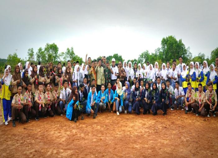 Para mahasiswa dan pelajar yang turut serta dalam pelaksanaan penanaman pohon di Makorem 033/WP Kepri.
