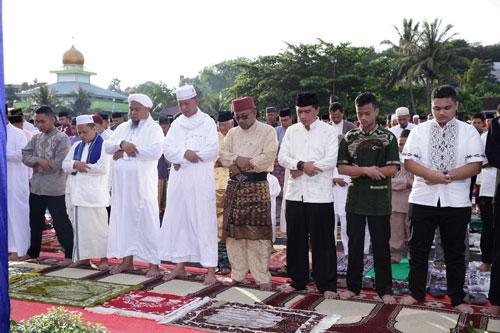 Lis Darmansyah dan Syahrul shalat Idul Fitri bersama masyarakat di Lapangan Dewa Ruci Tanjungpinang.